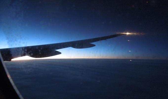 yuイタリア飛行機内夜