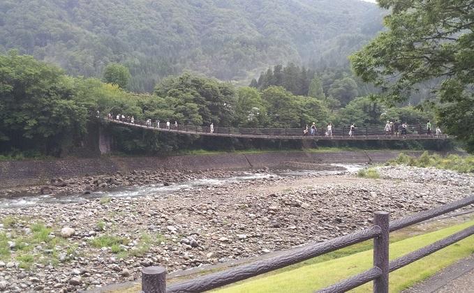 yu白川郷の橋を遠目から見た感じ