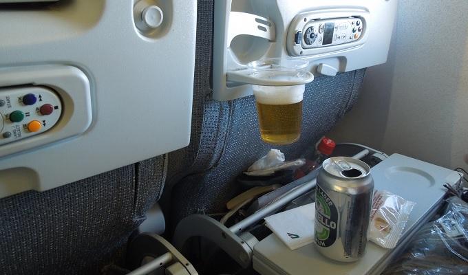 yuイタリア飛行機でビール