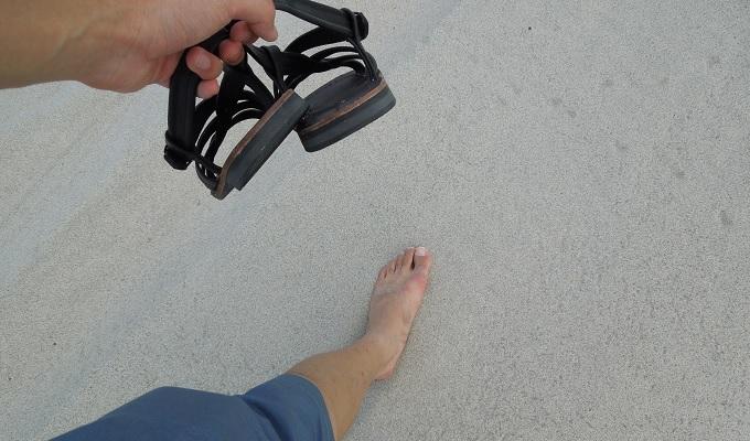 yu砂浜で裸足